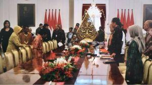 Presiden Joko Widodo menerima sejumlah peserta aksi Kamisan di Istana Negara, Kamis (31/05).