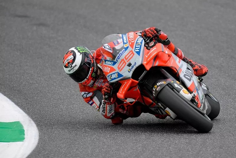 Tampil bukan sebagai pembalap unggulan, Lorenzo dapat memulai balapan MotoGP Italia dari posisi di belakang Rossi. Catatan waktu X Fuera –julukan Lorenzo– hanya berselisih 0.035 detik dari Rossi.