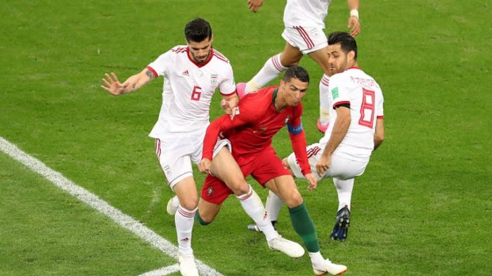 ronaldo-diapit-dua-pemain-iran_20180626_031301