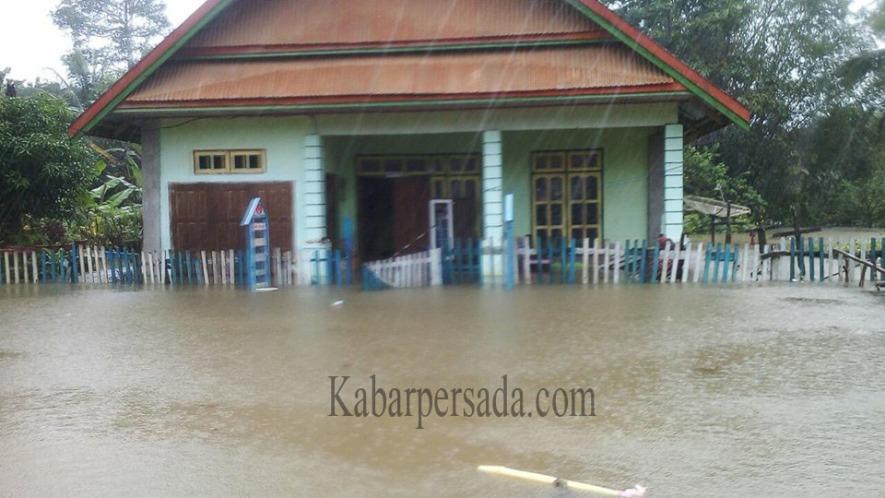 Banjir yang mengenangi rumah warga Kusambi akibat Drainase yang buruk