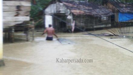 Banjir Nyaris menghanyutkan Rumah Warga di kecamatan Kusambi
