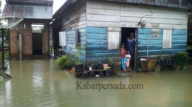Rumah yang merendam pekarangan warga di Kusambi